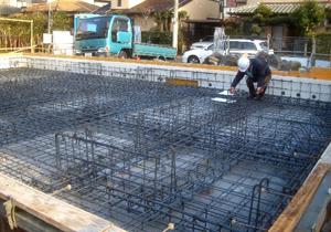 地中梁方式ベタ基礎の配筋検査を行う住宅瑕疵担保責任保険の検査員