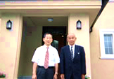 いよいよ体感ハウスの内部へ!松井社長(左)/小倉(右)